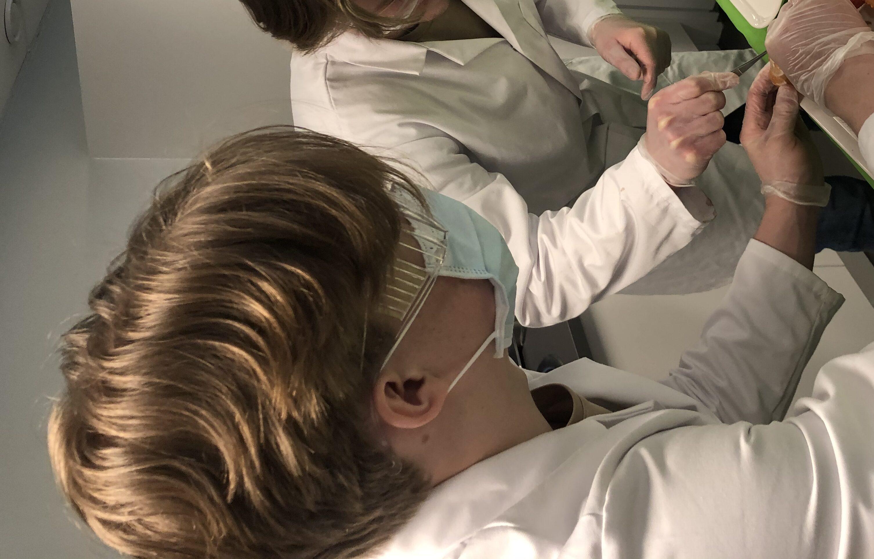 Naturvetenskap tjej och kille i lab